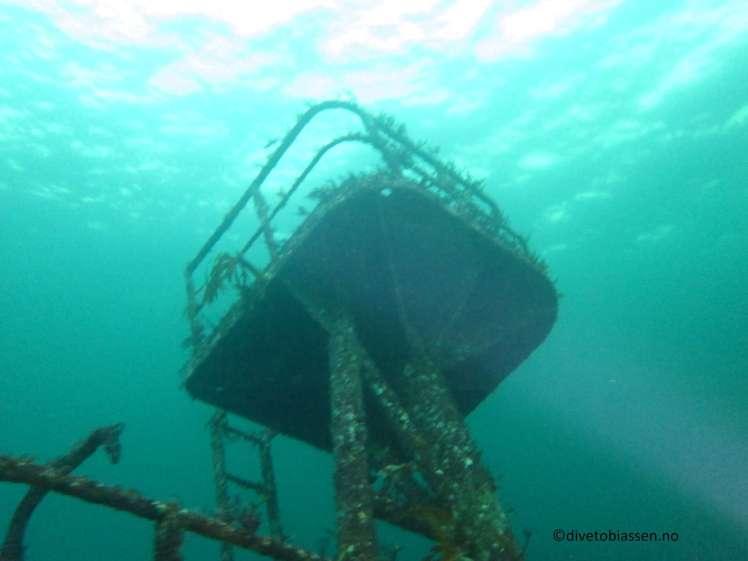 Radarmast, MS Server, under vann. Vannoverflate fra undersiden.
