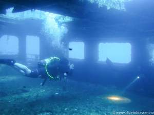 Dykkere inne i vrak