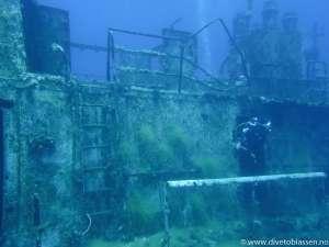 Babord overbyggning, dykker i dør